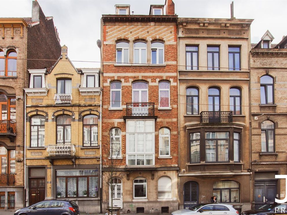 Ideally located in a small co-ownership of 5 units (all 5 units are for sale), apartment with terrace for sale. To be refreshed, it is composed as follows:  3rd floor: 1 Bedroom (15m²), bathroom (7m²), living room (19m²) with its open kitchen opening o